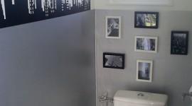 décoration wc - toilettes gris et rouge