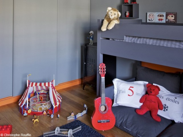 quelle id e d co chambre gar on gris et rouge. Black Bedroom Furniture Sets. Home Design Ideas