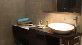 ambiance salle de bain gris et rouge