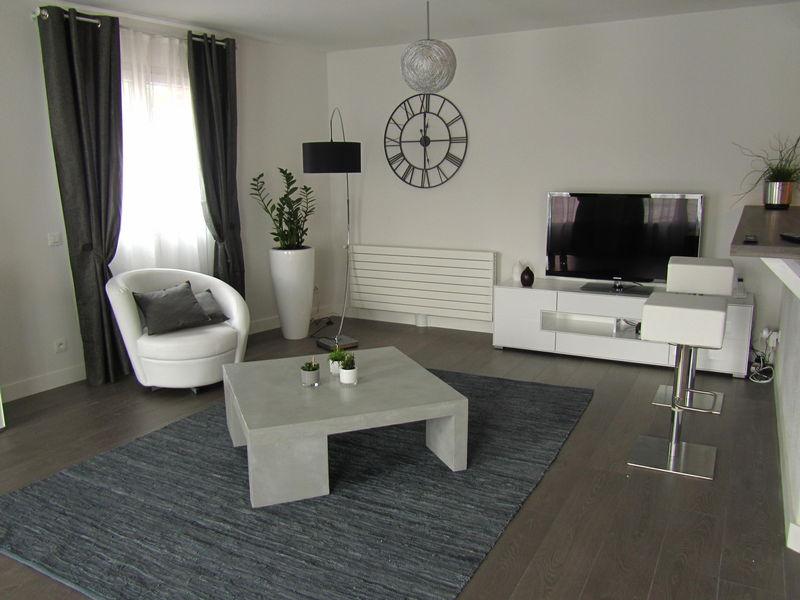 Quelle d coration salon gris et blanc - Deco maison blanc et gris ...