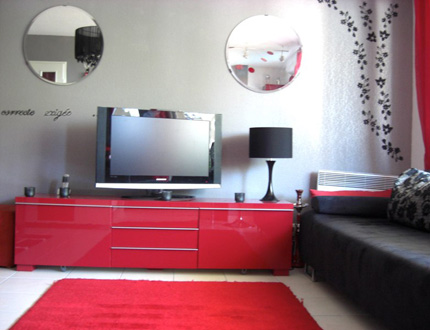 jolie id e d co salon gris et rouge. Black Bedroom Furniture Sets. Home Design Ideas